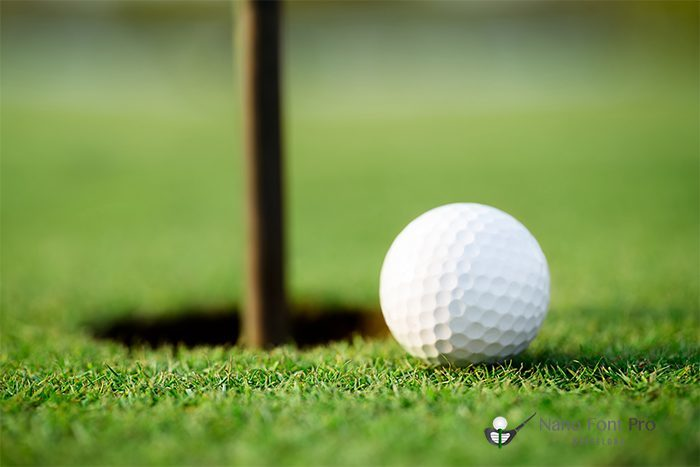Pelota de golf cerca del hoyo
